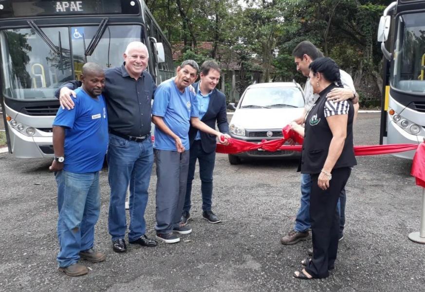APAE de Barretos ganha dois ônibus novos após reivindicação de Paulo Correa
